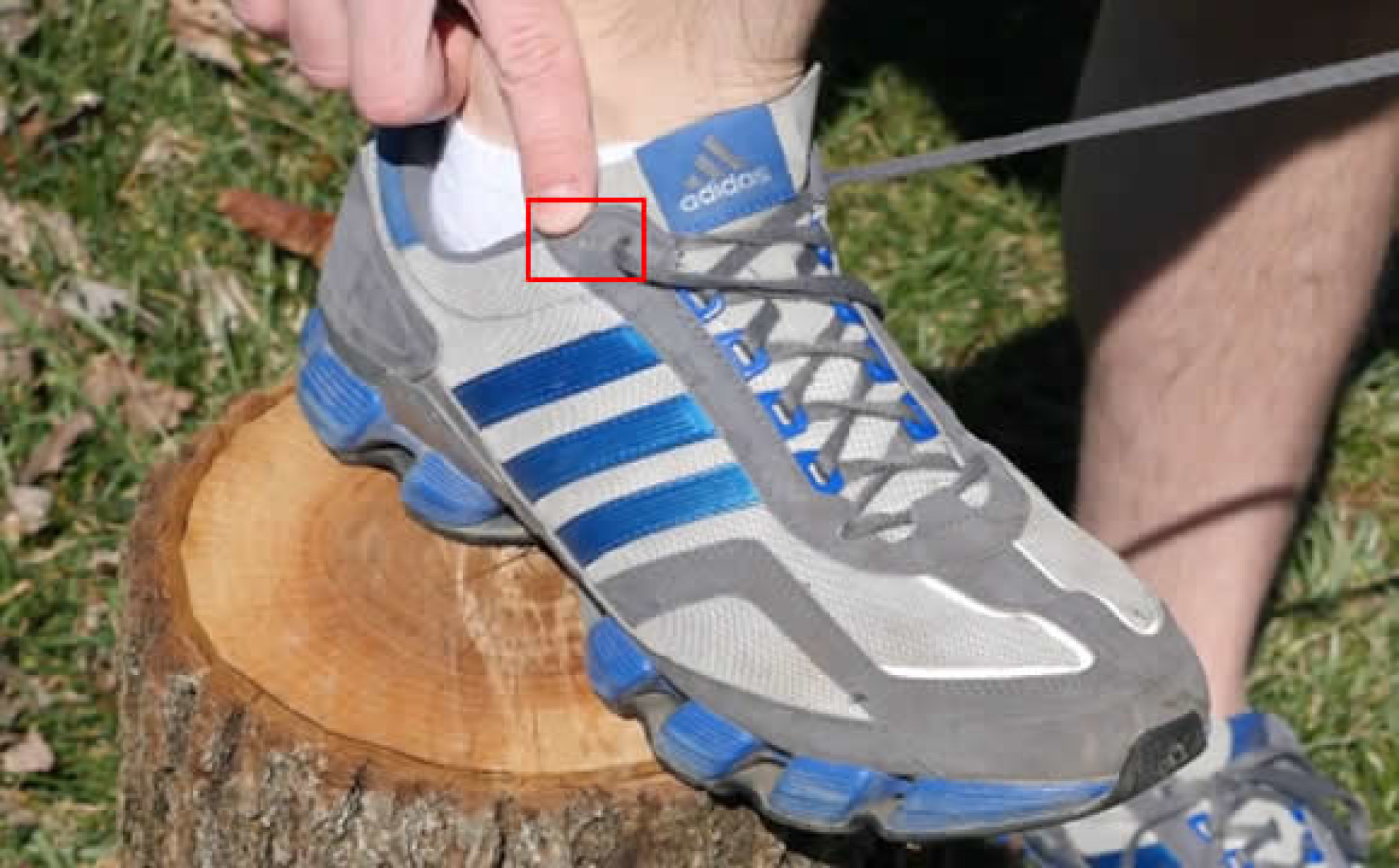 Para que serve o furo de cadarço extra no tênis?