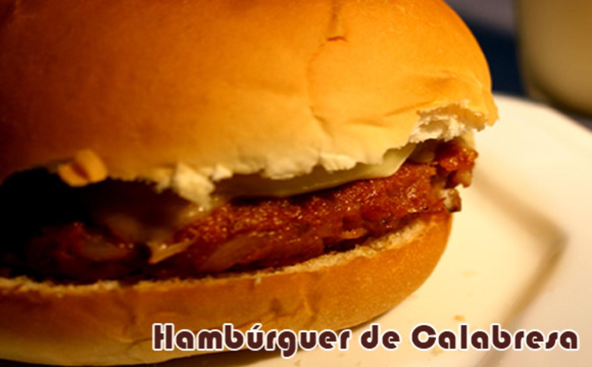 Hambúrguer caseiro de calabresa com vinagrete