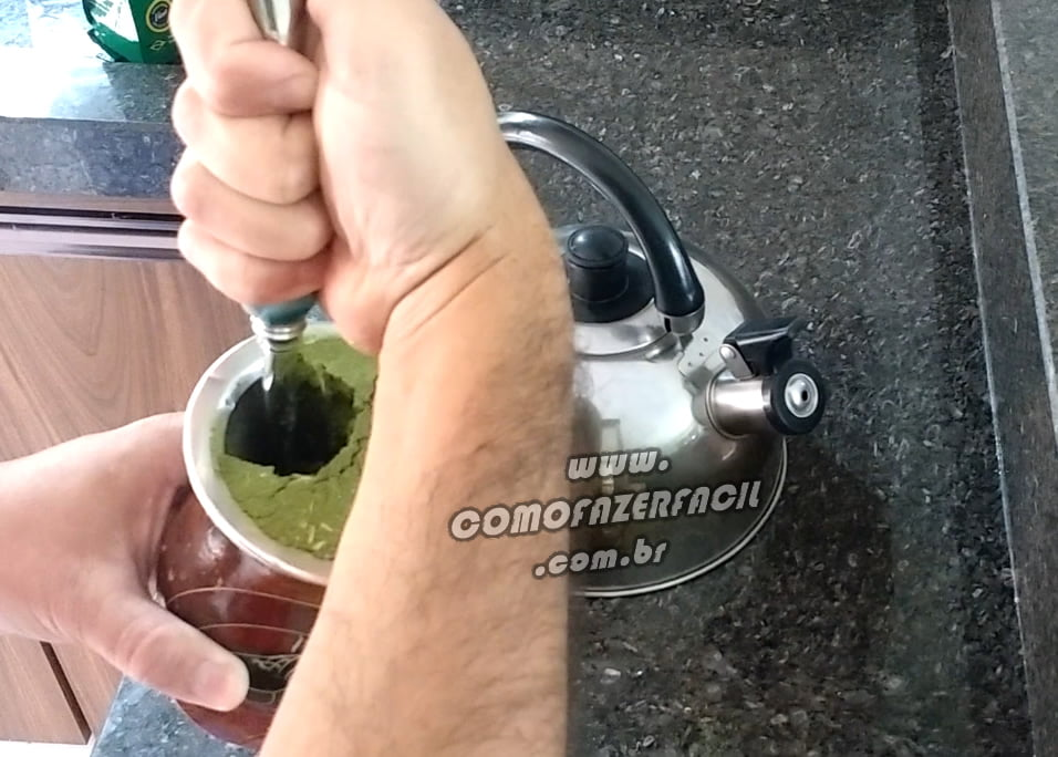 colocando a bomba na cuia chimarrao
