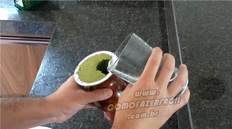 colocando agua fria na cuia erva chimarrao