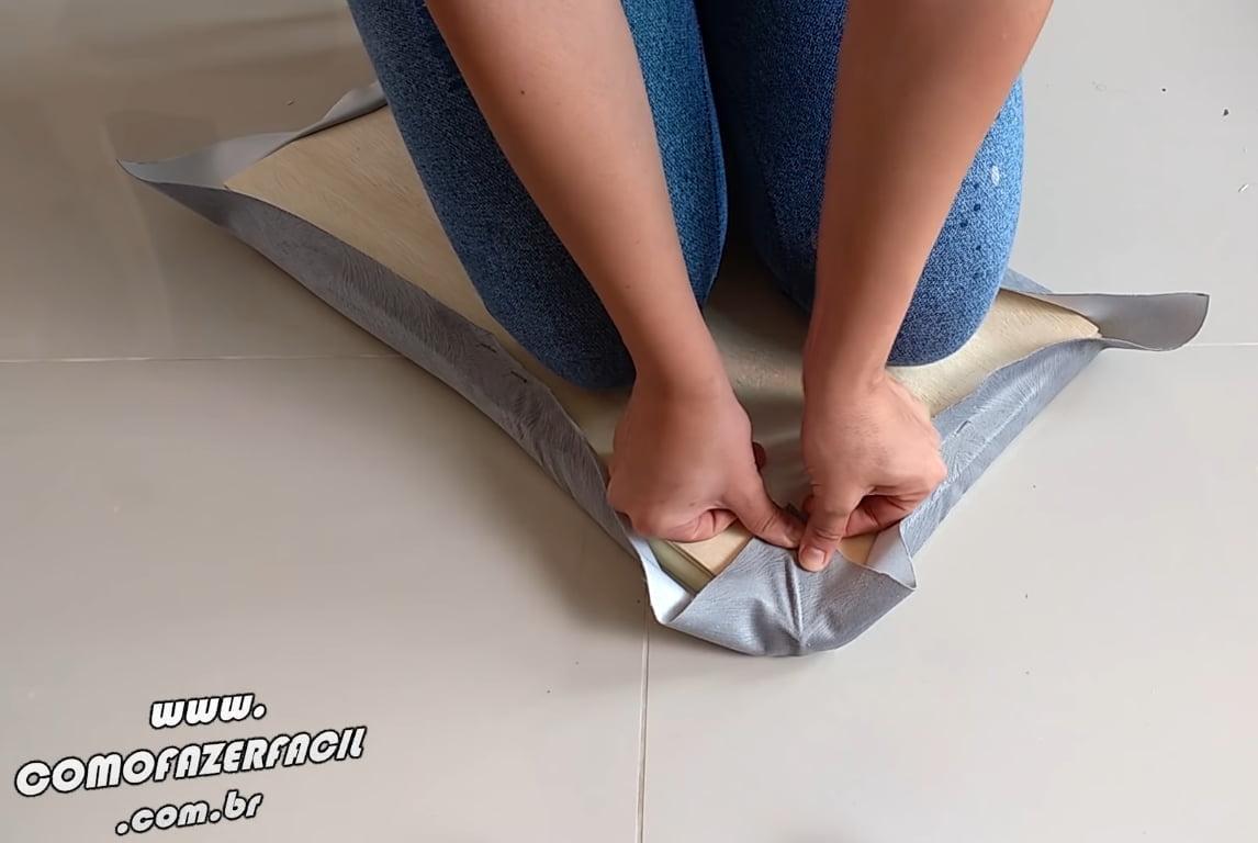 esticando tecido da quina modulo cabeceira