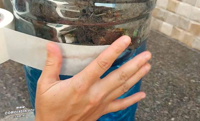 colocando fita para ligar os galoes da composteira de pobre caseira