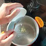 refogando alho para arroz integral